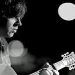 La soledad desaturada de Ryan Adams en el videoclip de 'Lucky Now'