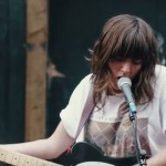 Courtney Barnett incendia Camden con su guitarra en el vídeo de 'Nobody Really Cares…'