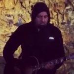 Chino Moreno (Deftones) actuó en acústico dentro de un volcán