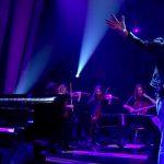 Queens Of The Stone Age interpretan 'Villains Of Circumstance' con sección de cuerda en Jools Holland